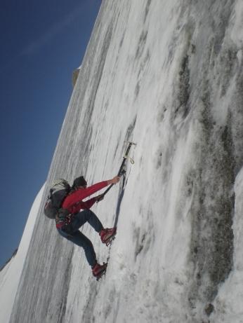 """Erika Pammer beim Steileisklettern :-) am Johannisberg (3.453m) - selten angewandte """"Heckmair-Technik""""!"""
