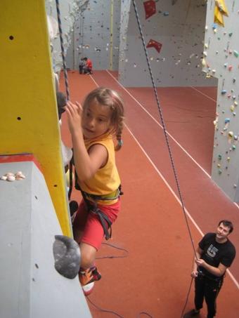 Eltern klettern mit ihren Kindern