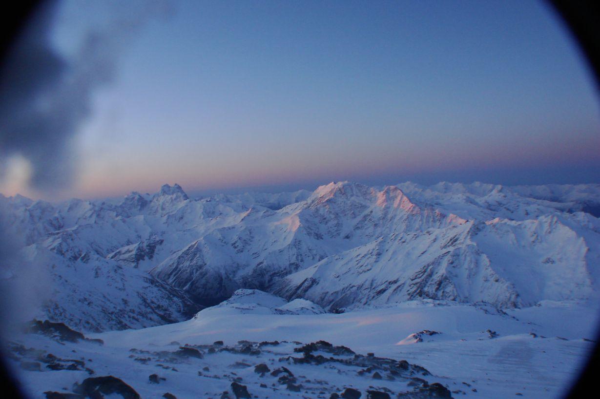 Der Kaukasus Hauptkamm im Morgengrauen mit den Katzenohren der Ushba [4.710 m], die wahrhafte Königin des Kaukasus [Foto: Christoph Wöger]