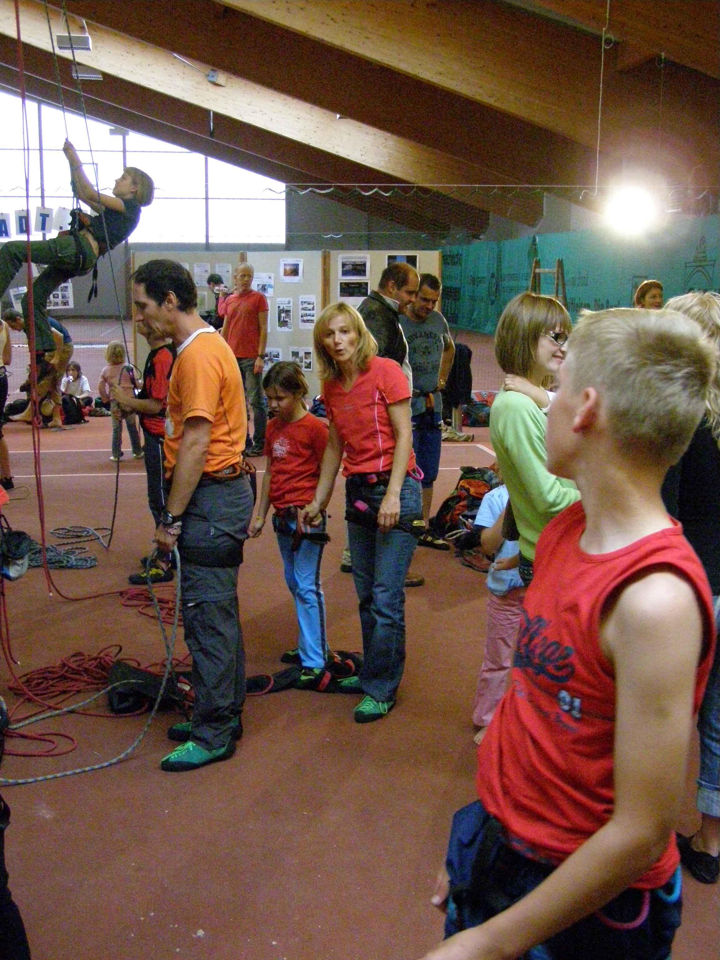Begeisterte Kletterer in der Kletterhalle Bad Leonfelden