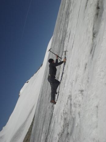 Sebastian Wiklicky beim Steileisklettern :-) am Johannisberg (3.453m)