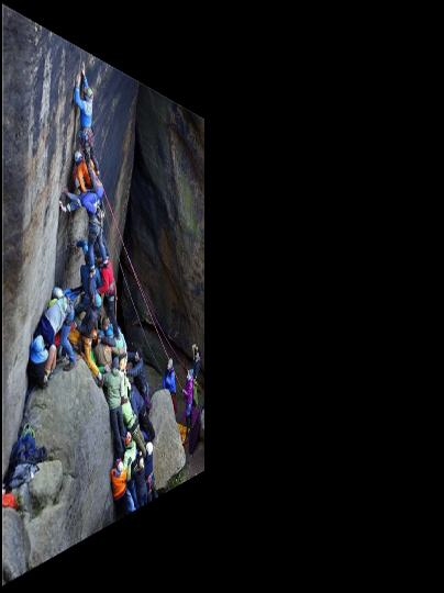 Etwa 60 Menschen versuchten auf spektakuläre Weise, den Nördlichen Schrammturm auf einer neuen Route zu erklimmen. Foto: Mike Jäger