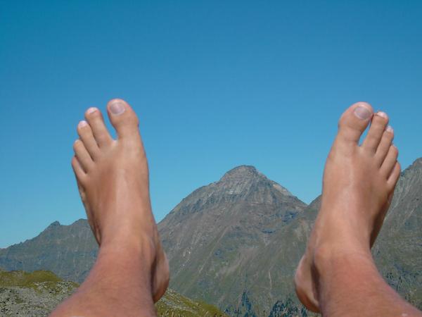 Foto vom Gipfel der Gensgitsch (nördlich von Mariapfarr). Zwischen den Füßen ist der Hochgolling, der höchste Punkt der Niederen Tauern, zu sehen. Foto: Gerhard auf http://mein.salzburg.com