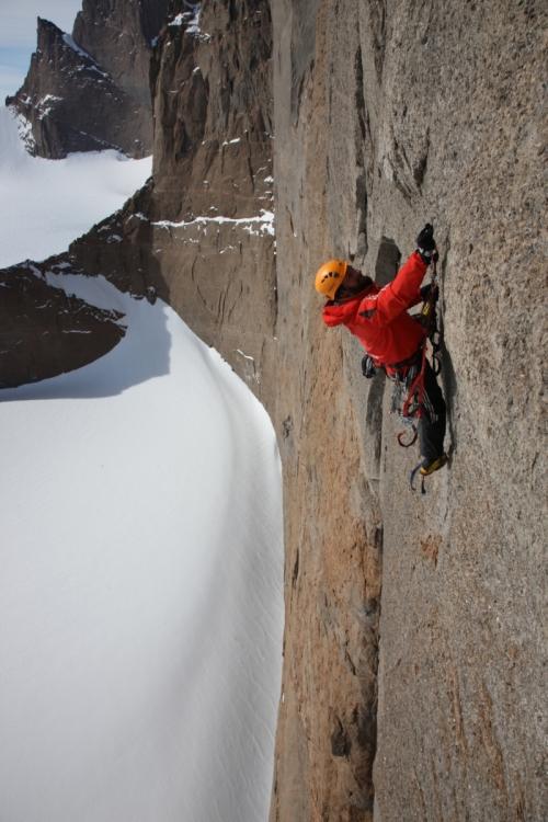 Die Holtanna (2.650 m) ein extremer Bigwall, 750 Meter hoch, in den südlichen Drygalskibergen in der Antarktis. [Photo] Alexander Huber collection