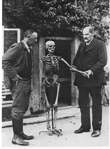 """Gottlieb Oberhauser (rechts) mit Besucher und Demonstrations-Skelett """"Hansl"""" (c) thewritingfranz.wordpress.com"""